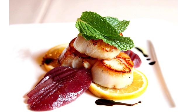 Французькі кухарі виступили проти фото їжі в соцмережах: Жиль Гужон, з тризіркового ресторану L'Auberge du Vieux Puits, говорит, что фотографировать свою еду – признак плохого воспитания и дурных