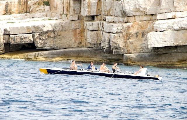 Французи на воді. Кассис .: Так. Французи обожнюють всі види водного спорту! Греблінг!