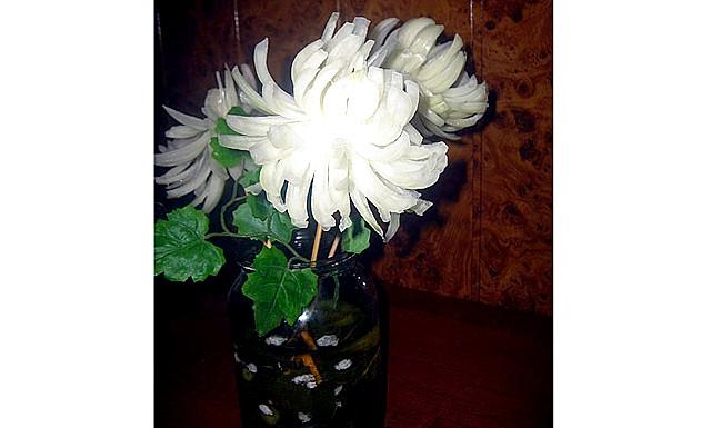 Хризантеми з лука: Ось так у часи безгрошів'я, взимку я зробила букет із звичайного ріпчастої цибулі. Поставила його в банку з солоними огірками