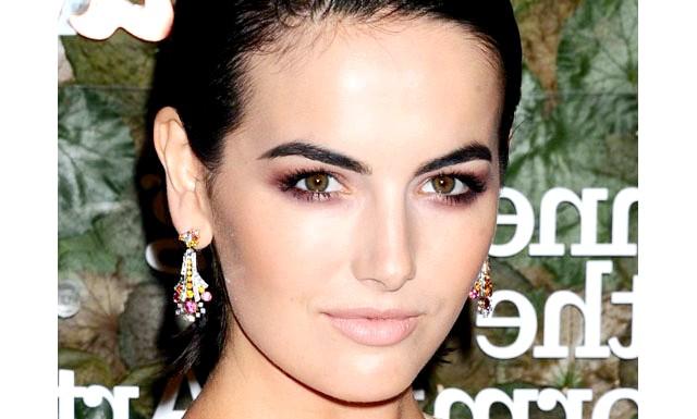 Ідеї для новорічного макіяжу: Нейтральний колір губ Нейтральний колір помади позволяеть бути більш сміливим, що стосується макіяжу очей, - виходить ідеальний баланс