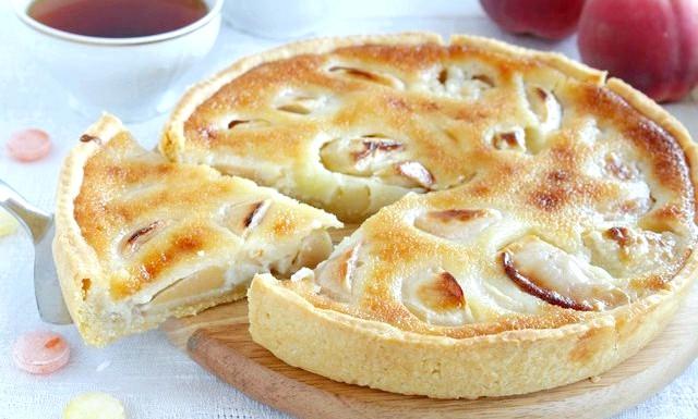 Яблучний пиріг з карамельним кремом: Для карамельної заливки: 50гр.води, 150 гр цукру, вершки (22%) 200мл, 2 яйця, 1 ч.л. з гіркою мукіДля