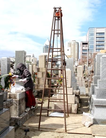 Японське кладовище - фотографії: Надгробок демонтували звичайним блок-краном. Ніяких космічних роботів.