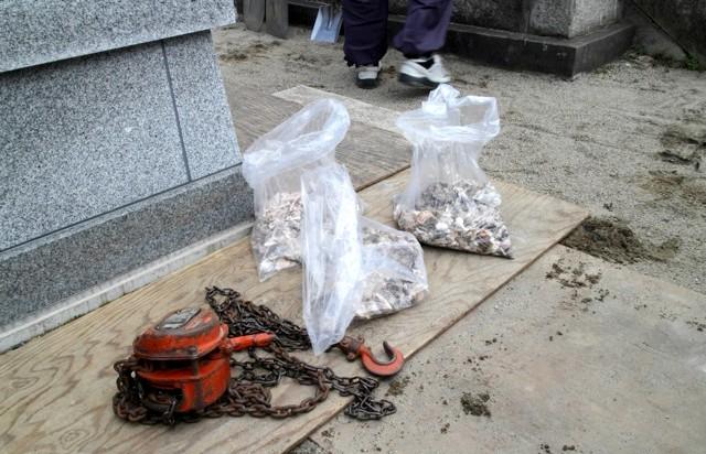 Японське кладовище - фотографії: фанерка підстелити, щоб не псувати пісочні доріжки. У пакетиках прах з розкритою урни.