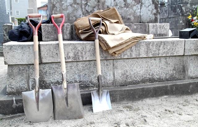 Японське кладовище - фотографії: Інструмент у японців завжди Справний!
