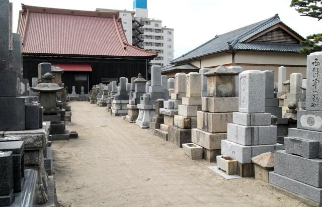 Японське кладовище - фотографії: Центральна дорога до храму посипана великим піском.