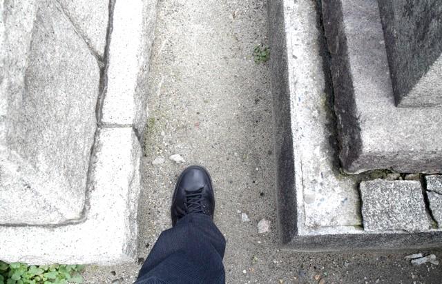 Японське кладовище - фотографії: Доріжки між могилками теж з пісочку і дрібного гравію.