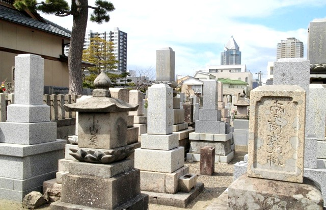 Японське кладовище - фотографії: Форма міських будівель конгруентна формі надгробків.