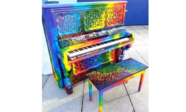 Яскраві піаніно на вулицях міст