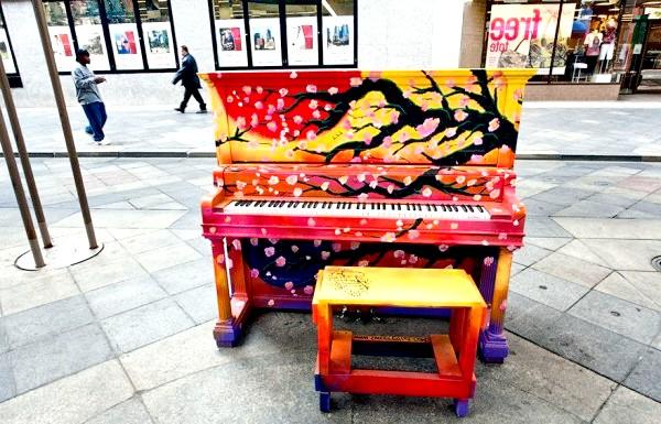 Яскраві піаніно на вулицях міст: Денвер, США, 2011