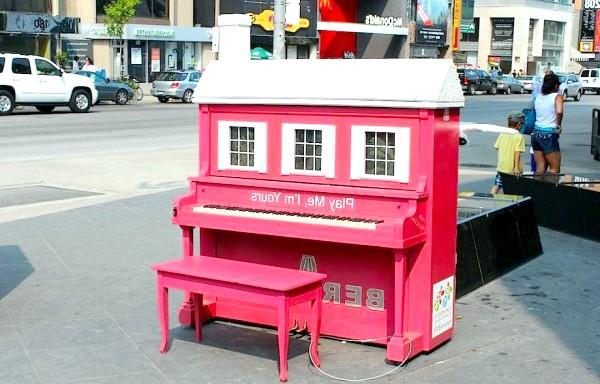 Яскраві піаніно на вулицях міст: Торонто, Канада, 2012