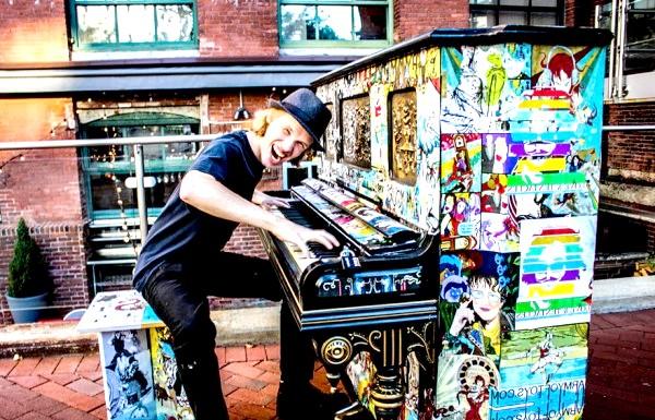 Яскраві піаніно на вулицях міст: Бостон, США, 2013