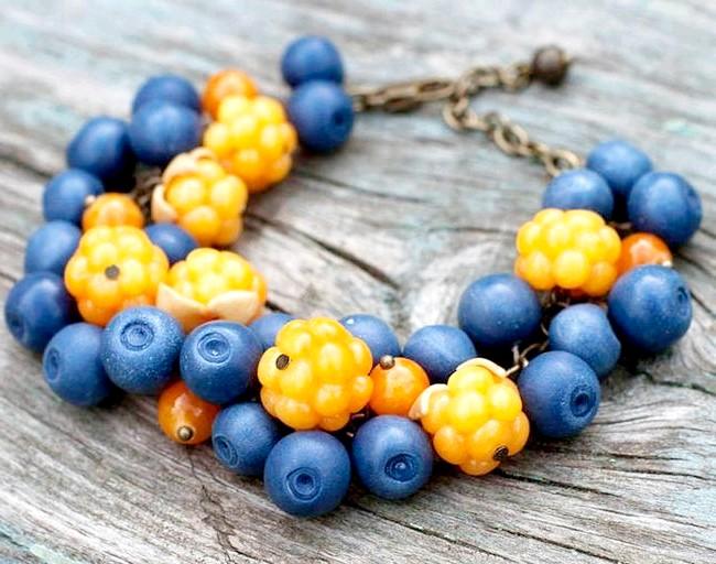 Яскрава пляма на тлі осені: Браслет з ягодами морошки і чорниці. Всі ягоди виконані повністю вручну з полімерної глини. Фурнітура кольору античної бронзи, декоративні намистини.