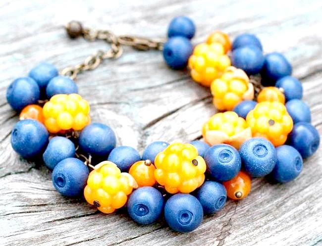 Яскрава пляма на тлі осені: Браслет ручної роботи з літніми ягодами з полімерної глини - чорниця, малина, полуниця, квіти суниці, чорниці тонирована пастеллю, полуниця -