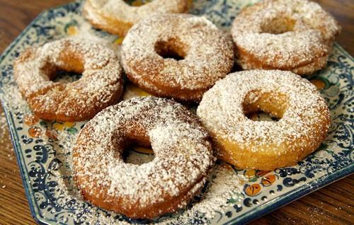 Картопляні пончики в цукровій пудрі