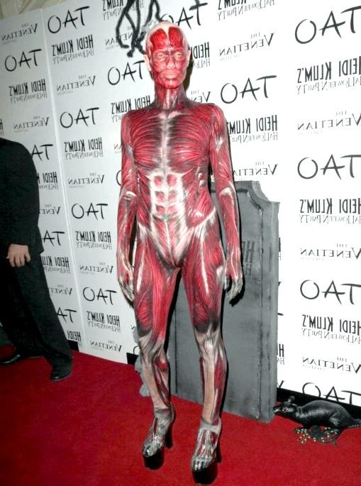 Костюми Хайді Клум: Леді Гага відпочиває: 2011 рік. Я і моя шкіра (десь загубилася). Відверто шокуючий костюм Людини без шкіри. Виворіт модельного бізнесу.