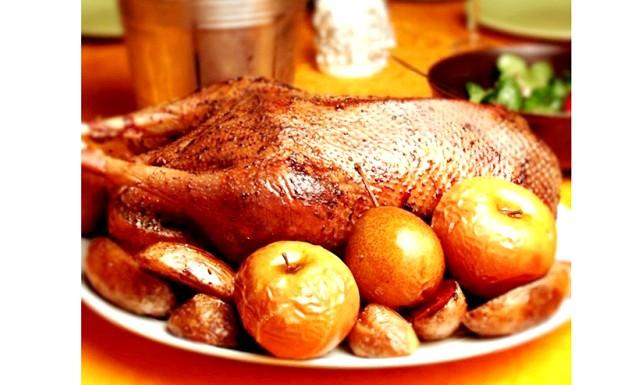 Великоднє меню: Запечена качка з яблуками від [url = http: //proevu.ru/122224] Kukuriza [/ url] Відстрілюємо на ринку качку. Будинки мажемо її мускатним горіхом