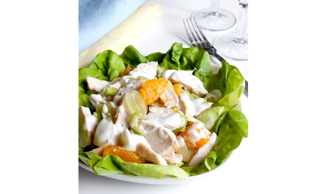 Салати з курки на Новий рік 2015: [u] Салат з курки з фруктами [/ u] [i] Інгредієнти: [/ i] 1 великий качан латуку 2 курячих філе,