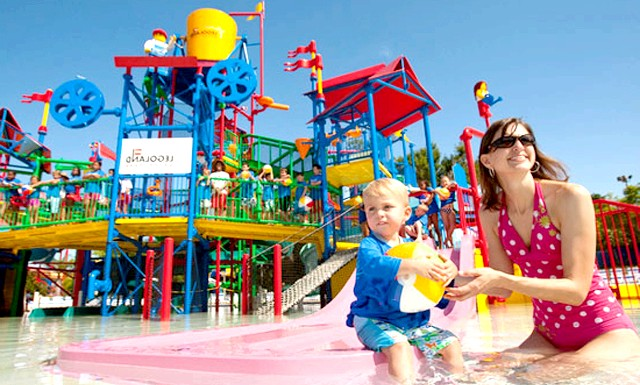 Найбільший аквапарк Леголенд відкрився в Малайзії: Поряд з водними гірками і басейнами в центрі водних розваг є одна визначна пам'ятка - [i] лінива річка [/ i], пліт по якій діти