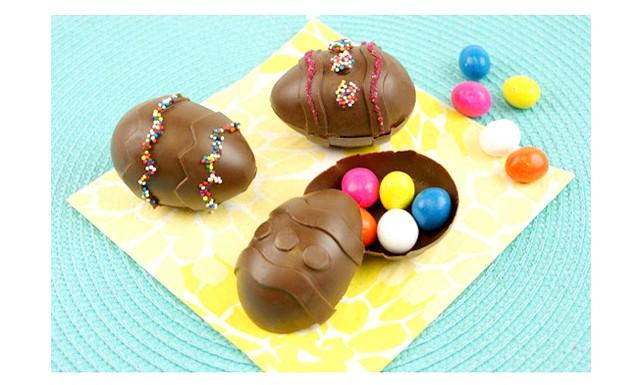 Шоколадні яйця на Великдень: Можна зробити їх у спеціальних формах, яких зараз багато в магазинах. А можна набратися терпіння і зробити в природних формах