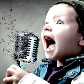 дитина і мікрофон