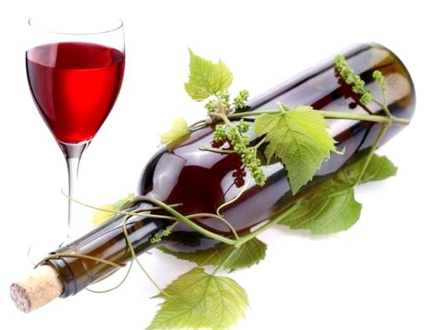 Вчені порівняли келих червоного вина зі спортом: Тим часом лікарі застерігають від зловживання алкоголем і повідомляють, що речовина ресвератрол також міститься в горіхах і винограді. Медики нагадують,