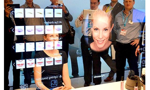 Розумне дзеркало дає поради по зовнішньому вигляду: Працює гаджет так: особлива технологія розпізнає обличчя і фігуру, помічаючи всілякі недоліки: від зморшок до сухості шкіри. За допомогою електронного