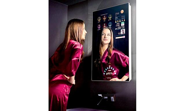 Розумне дзеркало дає поради по зовнішньому вигляду: Крім того, розумне дзеркало дозволяє експериментувати із зачіскою і макіяжем: подібно до комп'ютерних програм, воно може приміряти на що дивиться віртуальний образ.