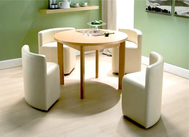 Розумний дизайн для маленької квартири: Обідній стіл і засуваються стільці. Ось воно! І не треба всіх ці громіздких табуреток і убогих крісел.