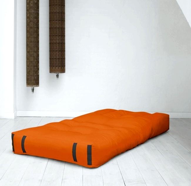 Розумний дизайн для маленької квартири: Матрац, який складається в крісло. Для справжніх любителів мінімалізму.