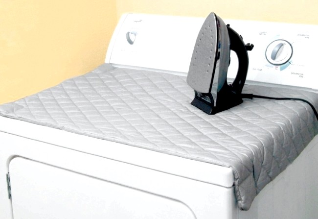 Розумний дизайн для маленької квартири: Магнітний килимок для прасування. Легко укладається на пральну машину або будь-яку іншу металеву поверхню, коли поруч немає прасувальної дошки.