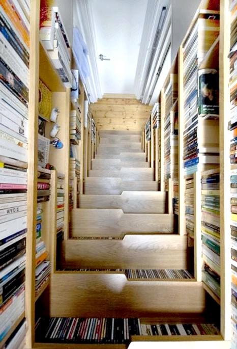 Розумний дизайн для маленької квартири: Компактна бібліотека. Таку можна влаштувати навіть у коморі.