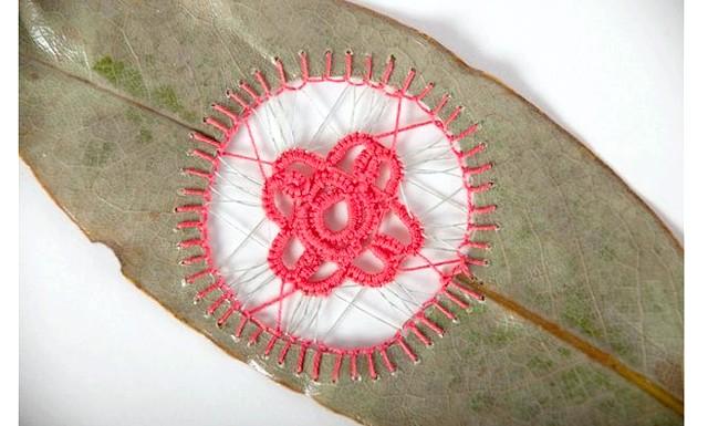Унікальна вишивка на листках: Для створення таких картин, листя акуратно висушуються під пресом. Потім листя покривається спеціальним нетоксичним розчином для фортеці крихкого матеріалу.
