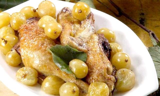 Качка запечена в духовці з виноградом: Інгредієнти: 1 очищена мускусна качка вагою 1,5 кілограми 400 г білого винограду 1 шматочок цибулини 1