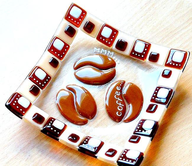 Ранковий ковток кави: Розписані вручну тарілки і кухлі з котами і таксами. [url=http://klevosti.ru/pozitiv-na-tarelke/?utm_source=eva&utm_medium=article&utm_campaign=art_link]Взято звідси [/ url]
