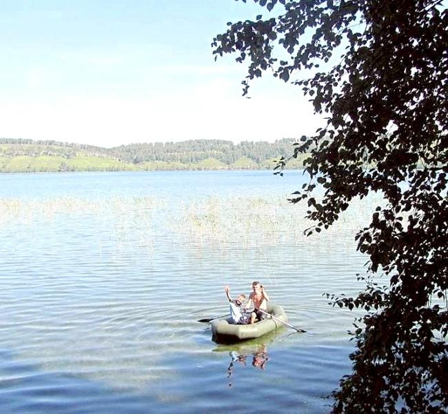 Вихідні на озері Інголь: Мої чоловіки з ранку поспішили розставити мережі на мілині ... Ловися, рибко!